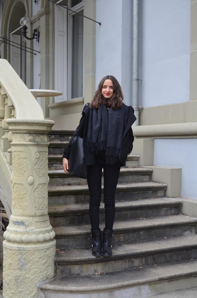 Schwarze Kleidung und roter Lippenstift