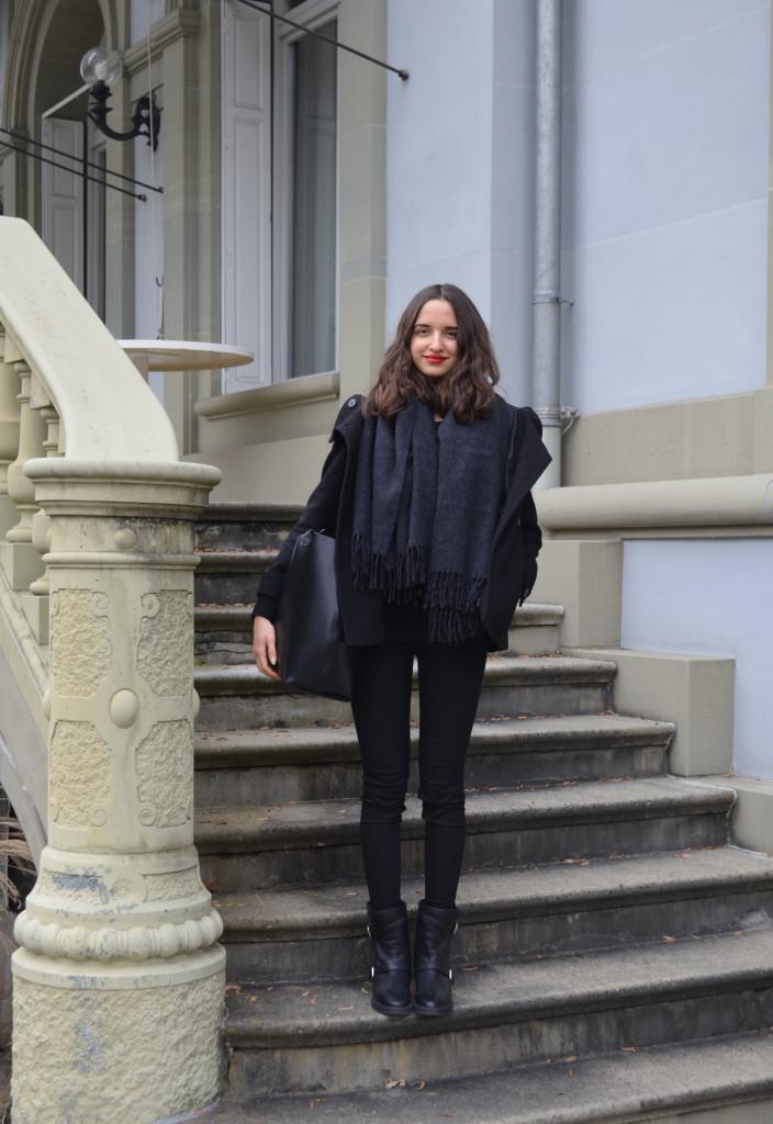 Schwarz von Kopf bis Fuss, Acne Studio Schal, Chanel Lippenstift